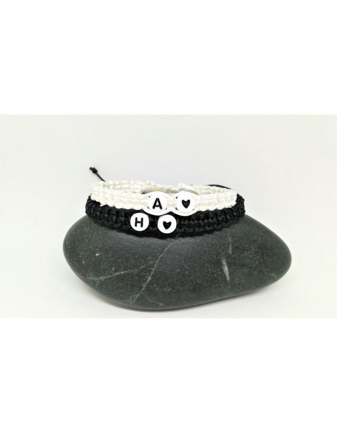 Fekete & Fehér karkötőpár fehér betűgyöngyös szívecskés