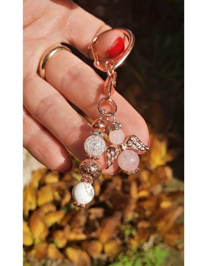 Rosegold angyal kulcstartó ásványgyöngyökből.